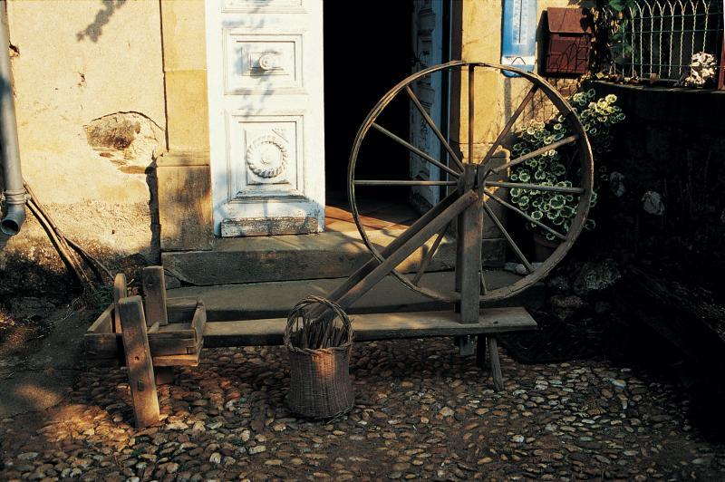 Femme filant au grand rouet (rodet, torn) à manivelle, à La